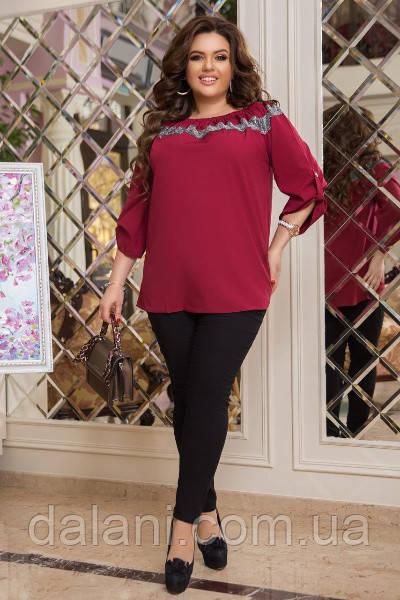 Женский костюм из бордовой блузы и черных леггинсов батал