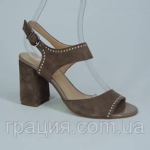 Женские стильные замшевые босоножки на каблуке