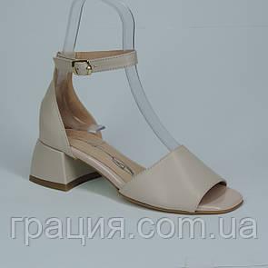 Женские элегантные кожаные босоножки на каблуке с закрытой пяткой