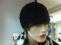РАСПРОДАЖА Вязаная шапка с козырьком