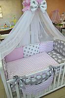 """Постель в кроватку серо-розового цвета """"Совы"""" с зигзагами, горошком."""
