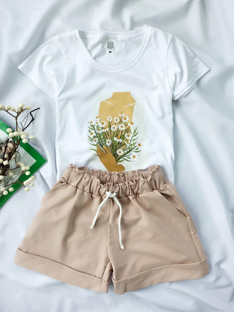Комплект женский летний (шорты и футболка). Женский летний костюм (белая футболка + бежевые шорты).