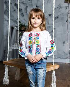 Красивая белая вышиванка для девочки с яркой вышивкой