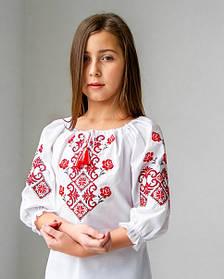 Красива біла вишиванка для дівчинки з червоною класичної вишивкою