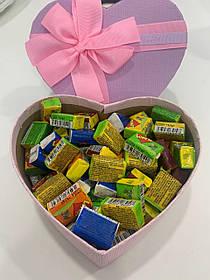 Жвачки Love is... в подарочной упаковке 150 шт фиолетово-розовая коробочка