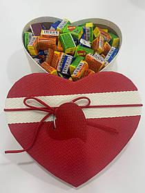 Жвачки Love is... в подарочной упаковке 200 шт красно-белая коробочка