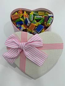 Жвачки Love is... в подарочной упаковке 200 шт бело-розовая коробочка