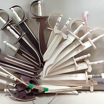 Дерев'яні мечі, шаблі, луки, арбалети