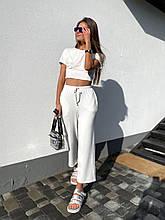 Стильный летний прогулочный костюм: укороченные широкие брюки и топ с имитацией косточек