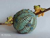 Настольная скульптура Лягушки на папоротнике. Керамика, ручная работа.