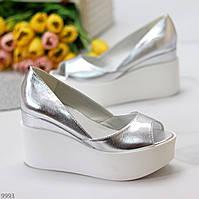 Актуальные серебристые открытые женские туфли натуральная кожа на белой танкетке