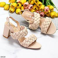 Элегантные фактурные бежевые женские босоножки на устойчивом каблуке