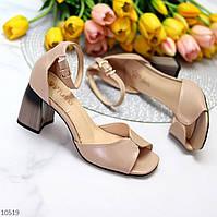 Лаконичные бежевые женские босоножки на шлейке на среднем каблуке