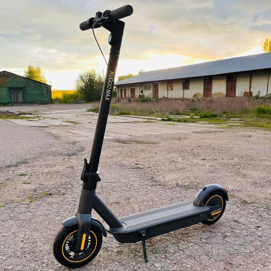 Потужний електросамокат Kugoo G30 МАХ Чорний   Стоїть дорослий електричний самокат Куго на надувних колесах