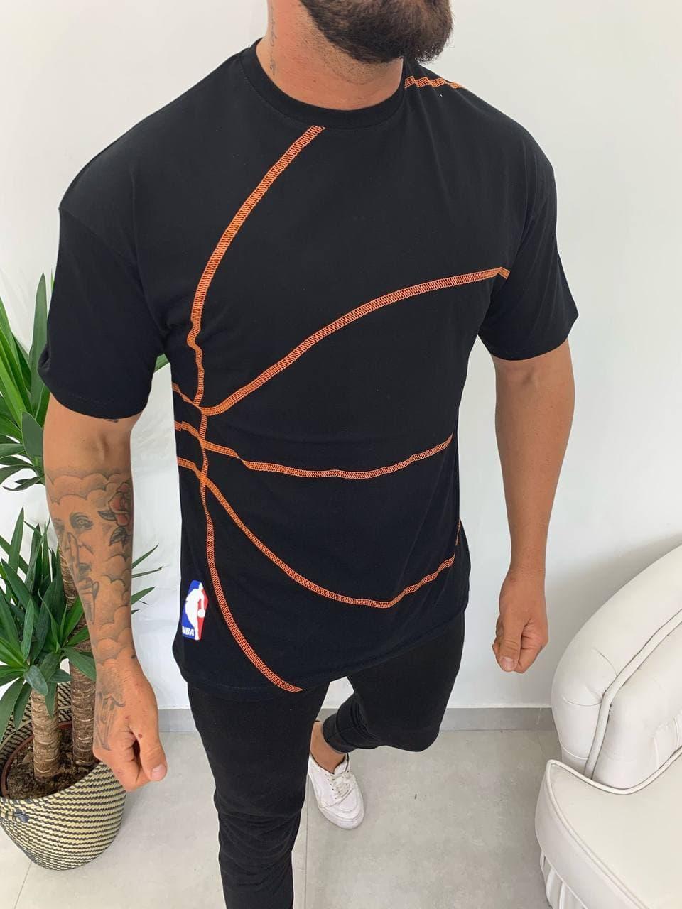 Мужская футболка черного цвета с оранжевым
