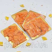 Слайсы х/к из филе лосося в/у на подложке