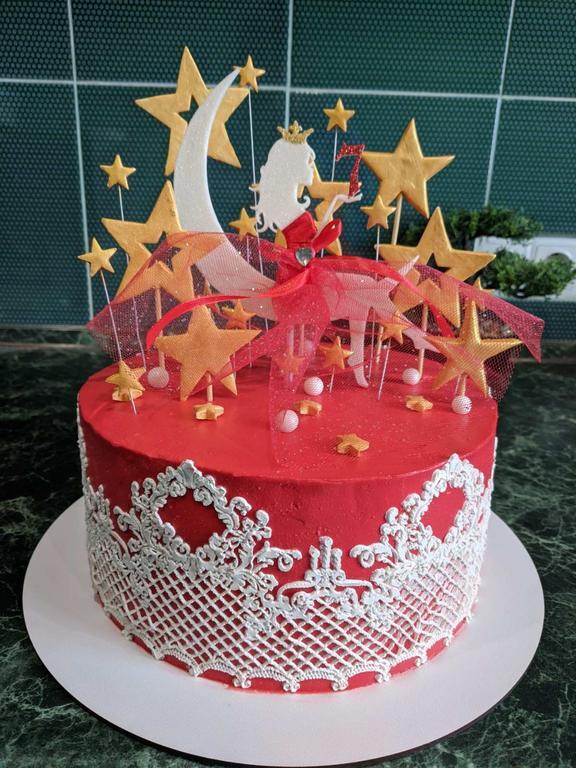 Тортик для девочки на 7 лет с топпером Сидячей девушки на луне