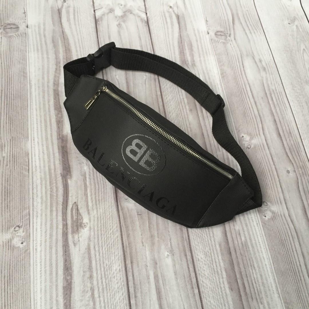 Стильная кожаная черная поясная сумка, бананка Balenciaga.