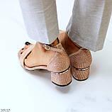 Модельні бежеві жіночі замшеві босоніжки на ремінці шлеї на стійкому каблуці, фото 4