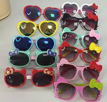 Дитячі сонцезахисні окуляри для дівчинки у формі сердечок з бантиком 1 шт.