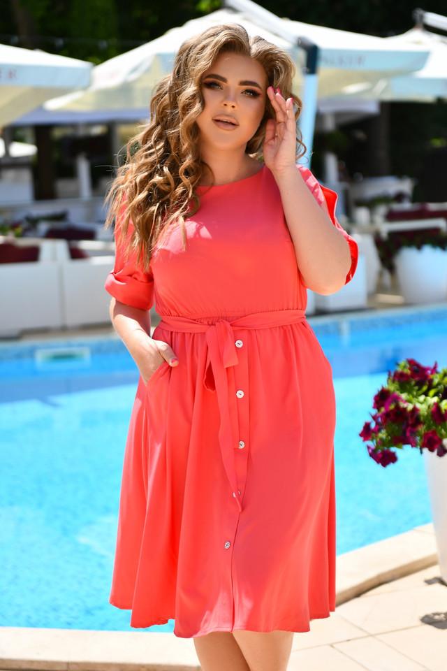 Легкое летнее приталенное платье с пуговицами на спинке
