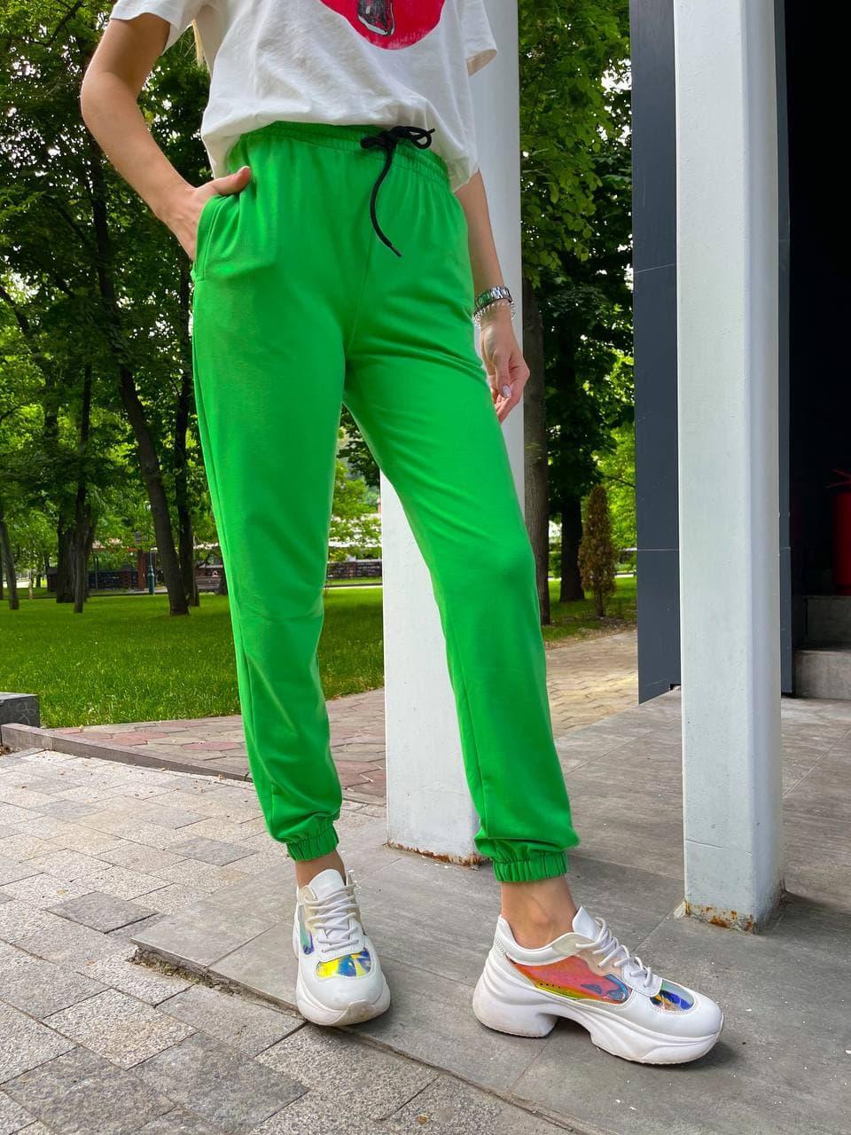 Женские летние зеленые спортивные брюки на резинках