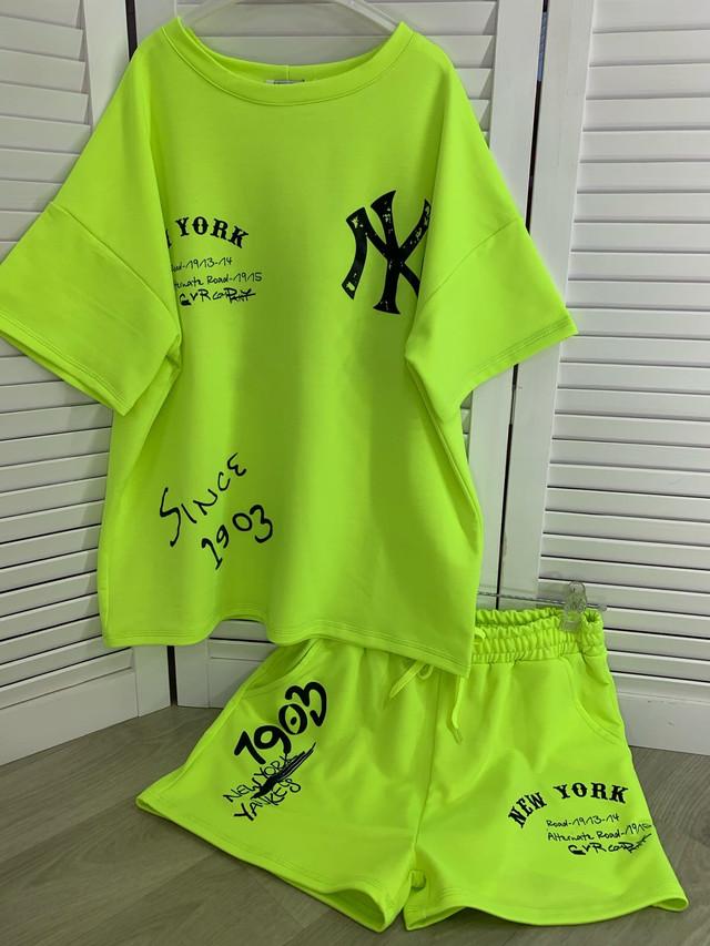 Яркий костюм шорты и футболка свободного кроя