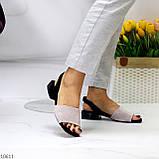 Актуальні сірі жіночі замшеві босоніжки на низькому каблуці, фото 4