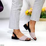 Актуальні сірі жіночі замшеві босоніжки на низькому каблуці, фото 6