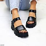 Модельные черные женские босоножки натуральная кожа на утолщенной подошве, фото 2