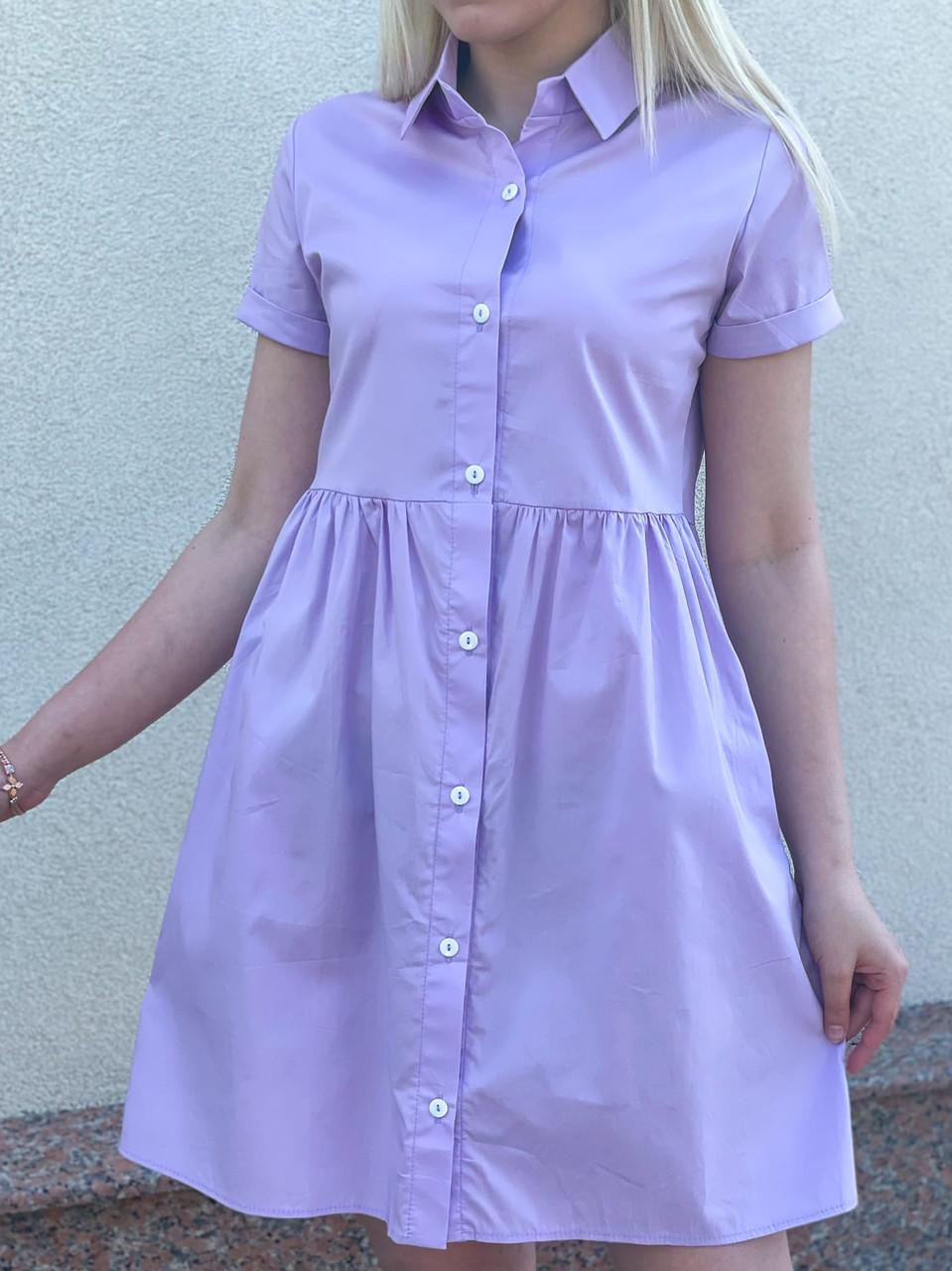 Женское короткое платье свободного кроя на пуговицах
