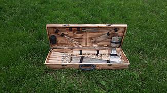 Набір з 6 шампурів для м'яса (600х10х3 мм) з сокирою + комплект аксесуарів в дерев'яному кейсі