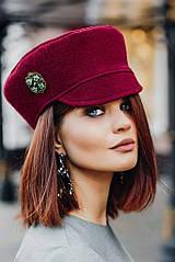 Какую позолоченную брошь носить на кепке?