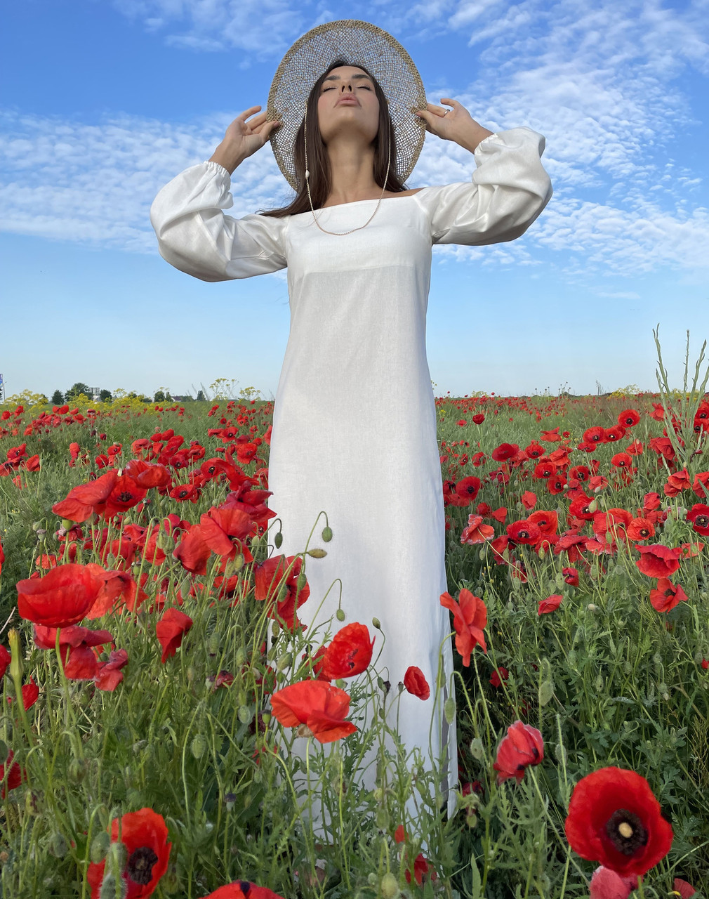 Длинное льняное платье прямого кроя с открытыми плечами