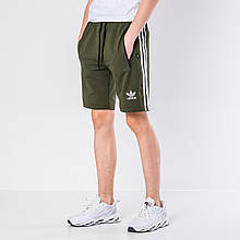 Мужские трикотажные шорты Adidas, цвета хаки с белыми полосками.