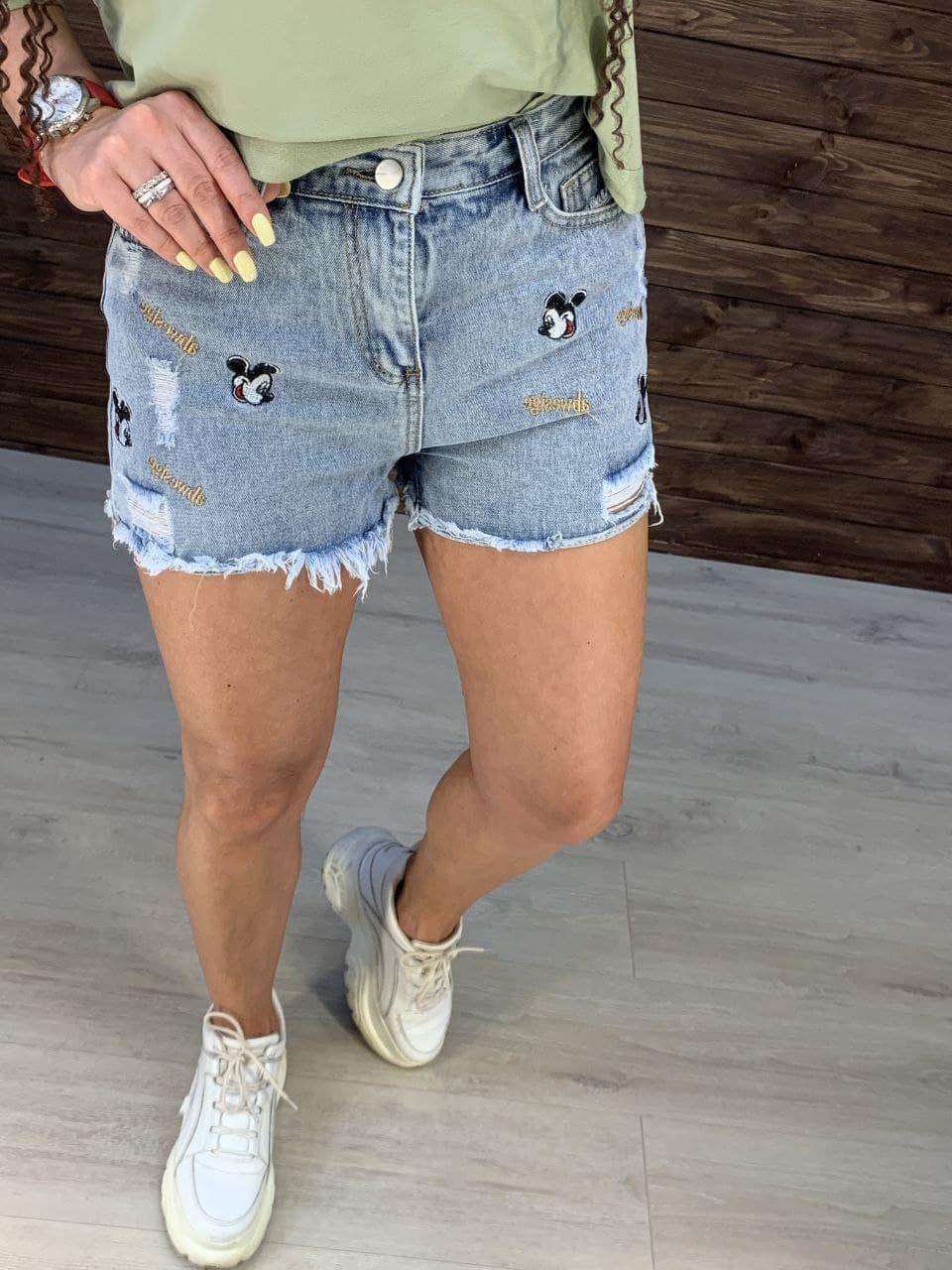 Жіночі короткі джинсові шорти з нашивками Міккі і необробленими краями (р. M, L, XL) 762659