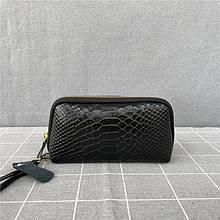 Кошелек клатч с ремешком и нашивкой в форме конверта  фактура крокодил / натуральная кожа (10218) Черный