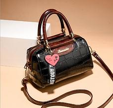 Небольшая женская сумка с брелком экокожа черный