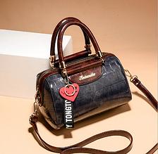 Небольшая женская сумка с брелком экокожа Т/серый