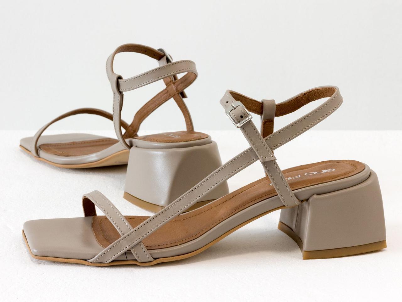 Бежевые дизайнерские босоножки на невысоком расклешенном каблуке, выполнены из натуральной итальянской кожи