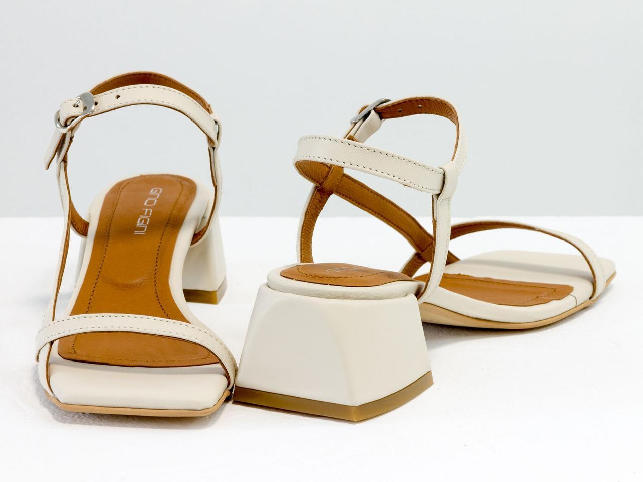 Молочные дизайнерские босоножки на невысоком расклешенном каблуке, выполнены из натуральной итальянской кожи