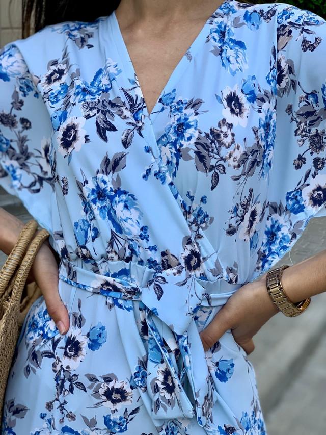 Летнее платье свободного кроя с воротником на запах