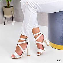 Женские белые босоножки на толстом высоком каблуке