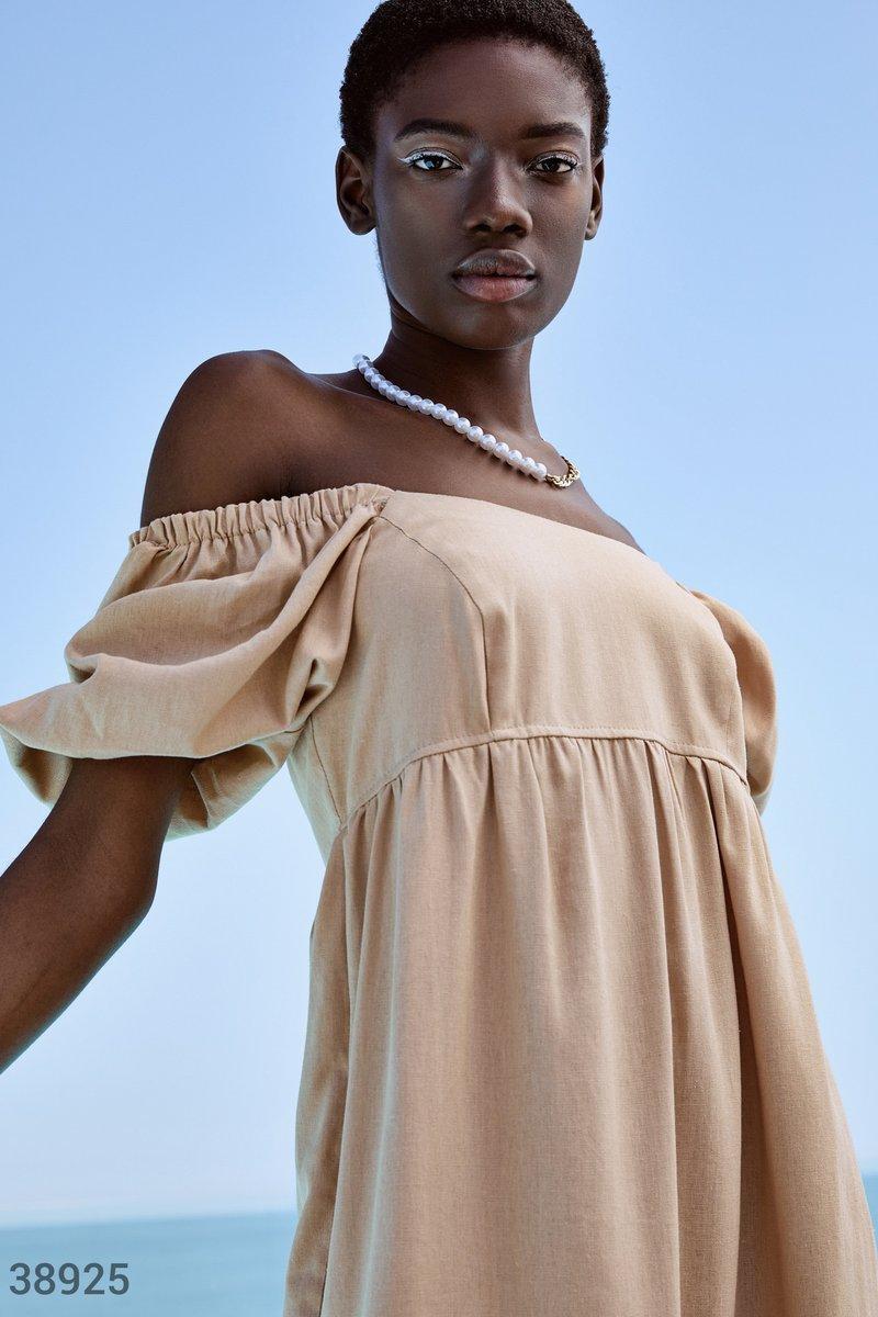 Льняное платье с открытыми плечами бежевое