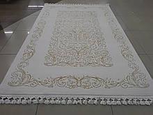 Білосніжний килим з класичним золотим малюнком