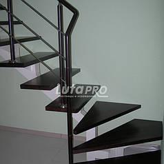 Лестница из ясеня на балке с кожаным поручнем