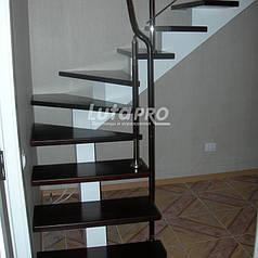 Лестница на балке с кожаным поручнем