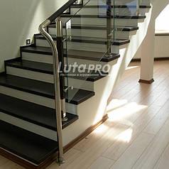 Обшивка лестницы со стеклянным ограждением