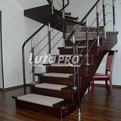 Обшитая деревом металлическая лестница
