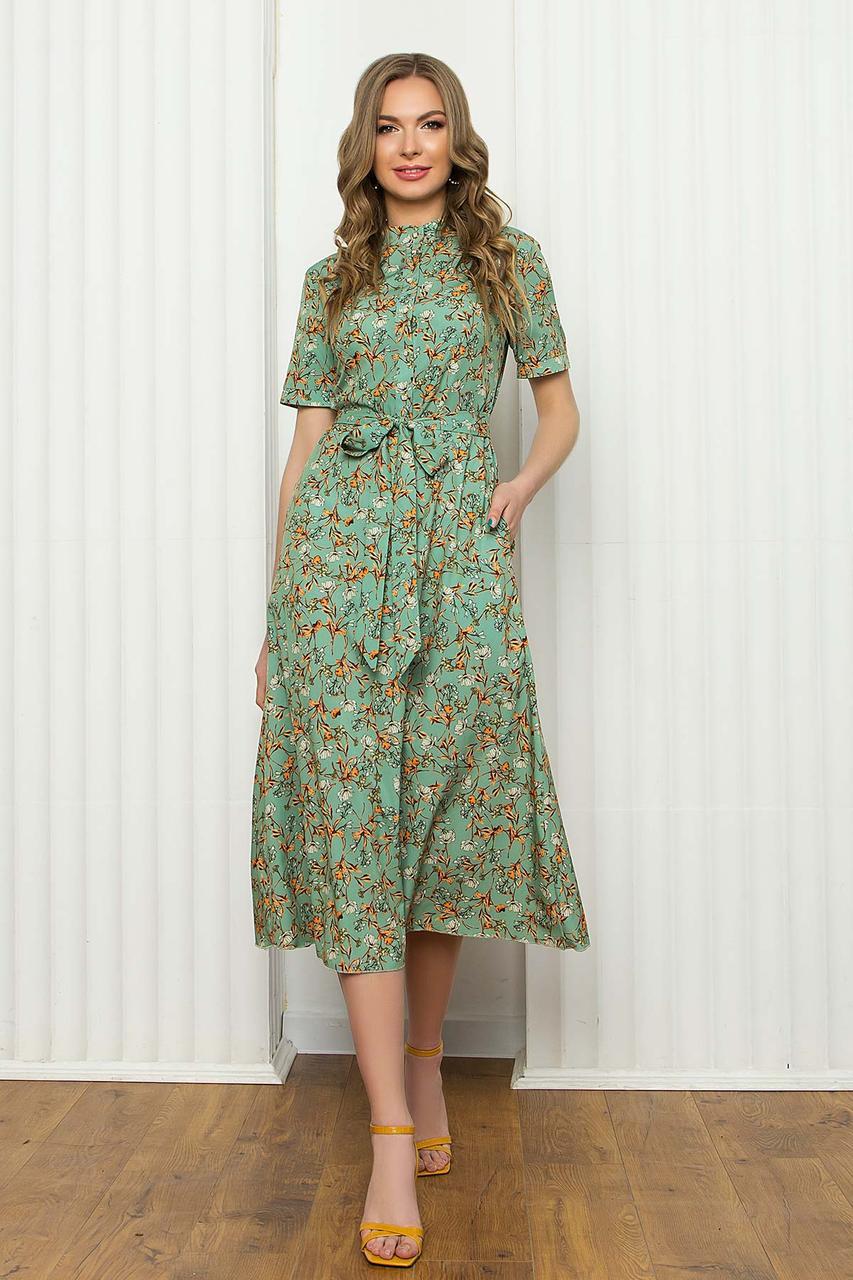 Легкое летнее платье из софта, приталенное, с коротким рукавом, длиной миди в цветочный принт. Салатовый цвет
